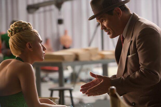 Produktionschef Eddie Mannix (Josh Brolin) sucht für  Schwimmfilmstar DeeAnna (Scarlett Johansson) einen Ehemann
