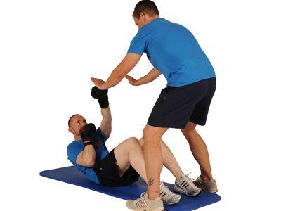 Punch-Crunches: Einen Crunch machen, mit links auf die linke Handfläche des Partners schlagen.<br /> Faust zurück, dann mit rechts in die rechte Hand schlagen. Ablegen.<br /> 20 Wiederholungen, 4 Sätze