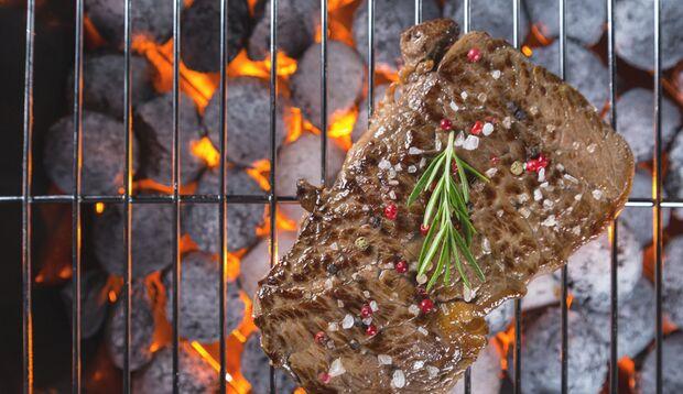 Rauchiger Genuss: Steak vom Holzkohlegrill