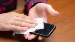 Reinige dein Handy mit einem fusselfreien Tuch