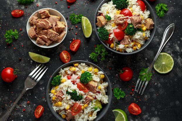 Reis vom Vortag macht sich gut in einem schnellen Thunfischsalat