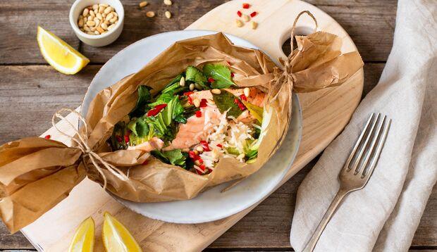 Rezept: Asia-Lachs im Pergament auf Reis und Pak Choi