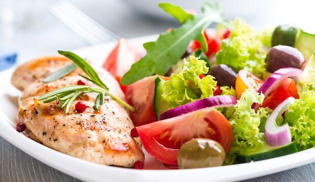 Rezept-Ideen für den Ernährungsplan: Salat zum Mittagessen