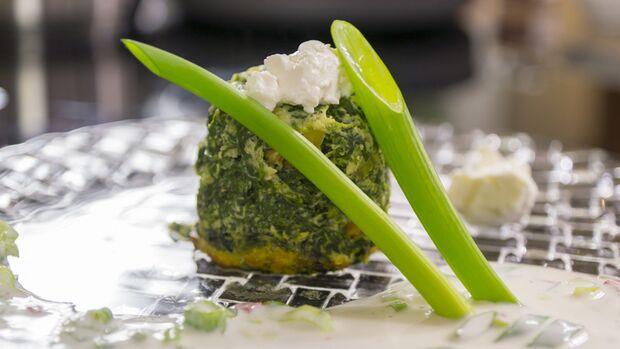 Rezept mit Powerfood-Spinat: Spinatflan mit Quarkdip – In unserer 4-teiligen Serie finden Sie das wirkungsvollste Werkzeug, um den Körper in Form zu bringen. Im 1. Teil sind dies Spinat, Kohl, Bohnen und Äpfel.