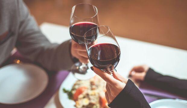 Rotwein darf beim Candle Light Dinner nicht fehlen