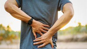 Rückenschmerzen können ein erstes Anzeichen von Osteoporos sein.