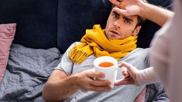 Ruhe und Tee helfen, bei einer Erkältung schnell wieder gesund zu werden