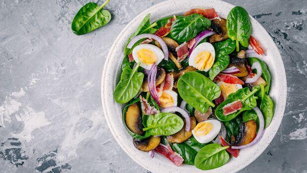 Salat mit Bacon und Ei