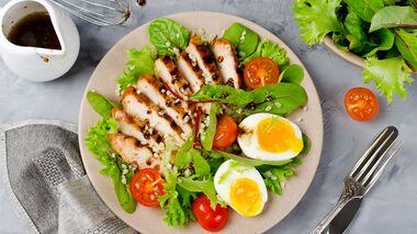 Salate mit einer Protein-Quelle wie Ei oder Fleisch sind ein gutes Low Carb-Abendessen