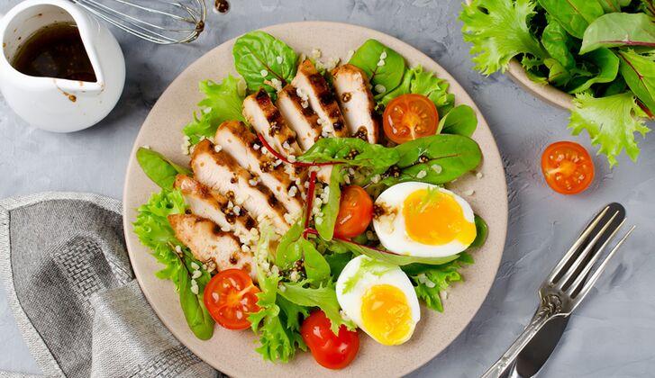 Salate-mit-einer-Protein-Quelle-wie-Ei-oder-Fleisch-sind-ein-gutes-Low-Carb-Abendessen-bigMobileWideOdc2x-790d829d-48833.jpg