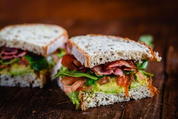 Sandwich mit Bacon, Avocado und Spiegelei