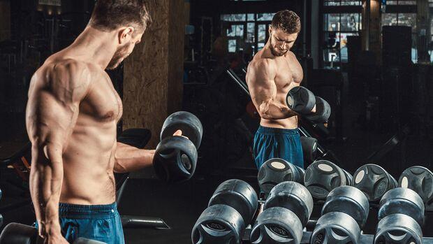 Schau beim Krafttraining auf die Zielmuskulatur, anstatt in den Spiegel