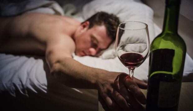 Schlafend, im warmen Bett, kann die Leber Alkohol am besten abbauen