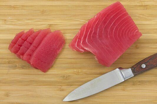 Schneiden Sie jetzt den Tunfisch in etwa 1 cm dicke und möglichst lange Streifen