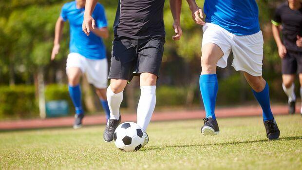 Schnell losrennen, aber auch schnell abbremsen können - Fußballer profitieren vom Schnellkraft-Training besonders