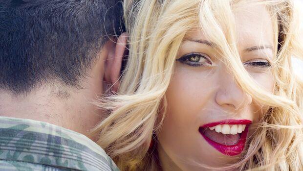 Schöne Worte fürs Ego: Frauen zehren von einem guten Kompliment lange