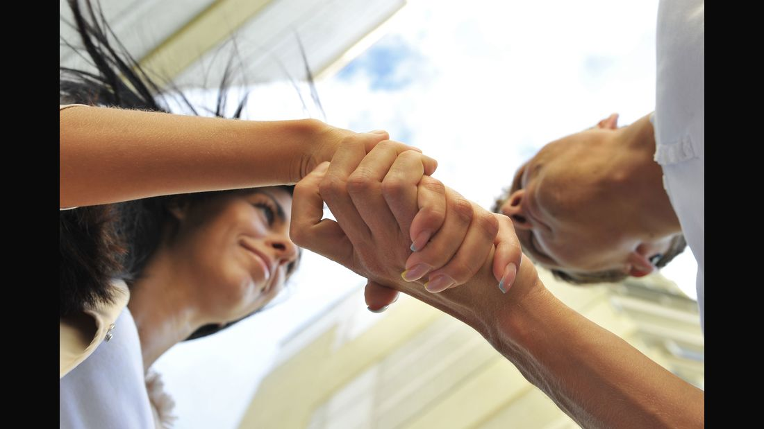 Schwitzige Hände beim Handschlag sind für alle Beteiligten unangenehm