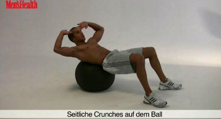 Seitliche Swiss-Ball-Crunches trainieren vor allem die schrägen Bauchmuskeln.<br /> 2 Sätze, jeweils 10 Wiederholungen pro Seite