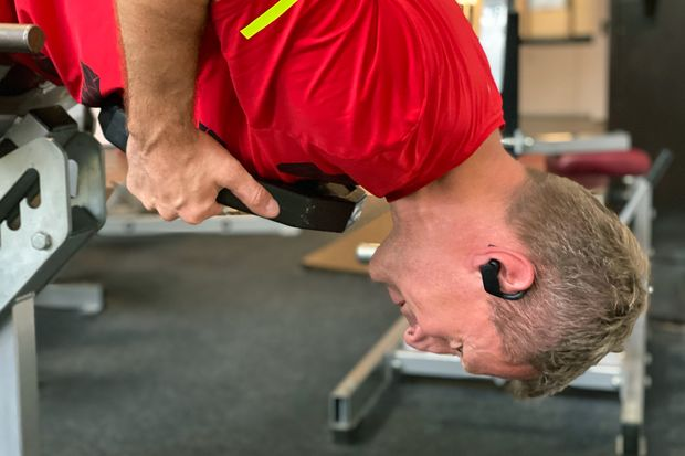 Selbst bei Überkopf-Moves sitzen die Powerbeats Pro hundertprozentig sicher im Ohr
