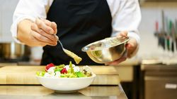 Selbstgemachtes Salatdressing ist viel gesünder als ein Fertigprodukt