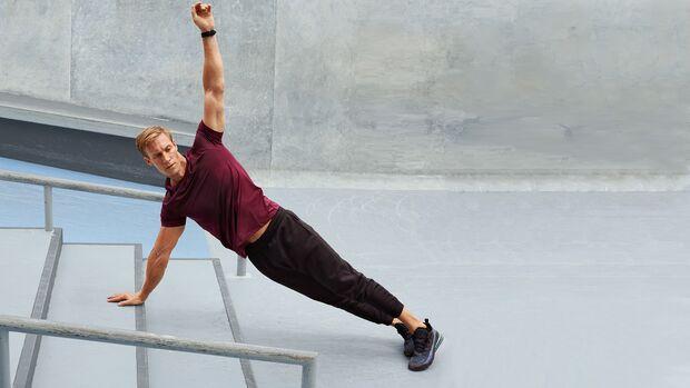 Side Planks und Oberkörperrotation auf der Treppe