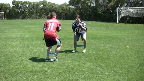 Sidesteps trainieren Koordination, Schnelligkeit, Beweglichkeit, Konzentration und Ausdauer.