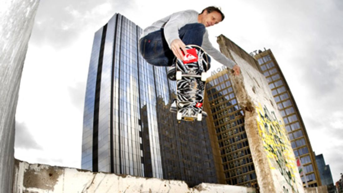 Skateboard-Legende Tony Hawk springt durch Berlin