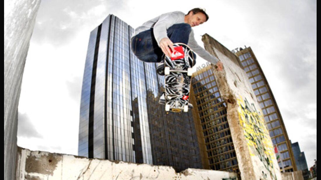 Skateboard-Legende Tony Hawk springt durch Berlin