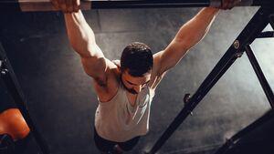So schaffen Sie einen Muscle-Up – in 4 Schritten