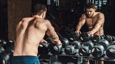 Sportler vor freien Gewichten