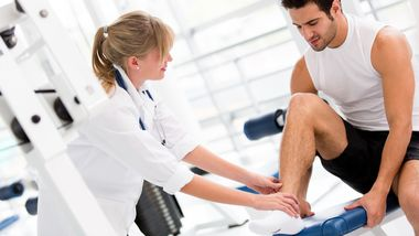 Sportliche Männer sollten bei der Wahl ihrer Krankenkasse auf Zusatzangebote für Sportler achten