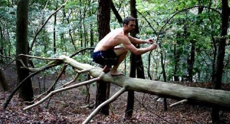 Springen und hüpfen reizt Beine und Gesäß, die größten Muskelanteile des Körpers. Beide Fortbewegungsarten stärken die Stützmuskulatur der Füße und verbessern Ihre Sprungkraft.