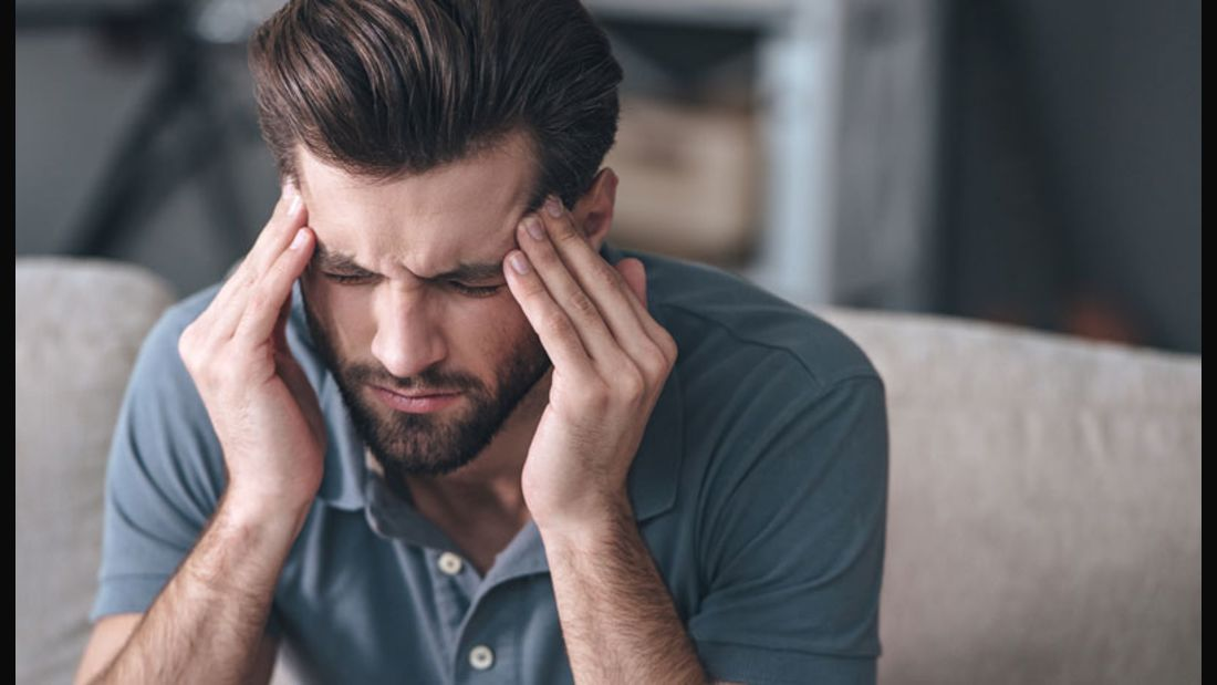 Stirnmassagen mit Minzöl lindern Kopfschmerzen