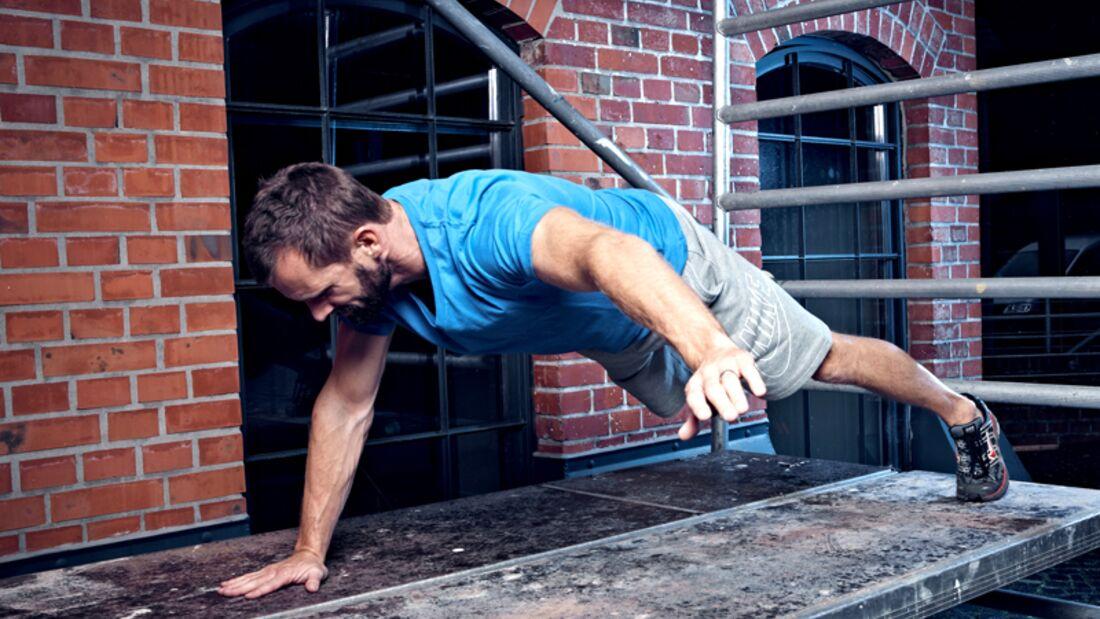 Street-Workout-Trainingsplan: Marco versucht sich an 1-Leg-1-Arm-Push-Ups