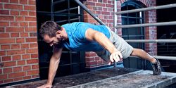 Street-Workout-Trainingsplan: Marco versucht sich an 1-Leg-1-Arm-Push-Ups