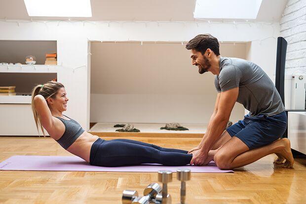 Suchen Sie sich einen Trainingspartner fürs Home Gym. Das motiviert