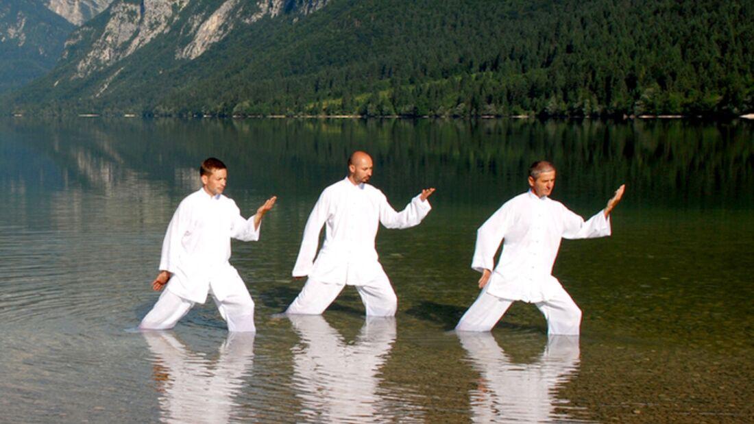 Tai Chi Übungen in idyllischer Umgebung