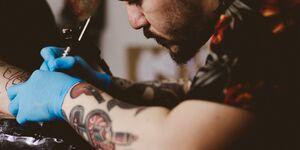 Tattoo-Künstler beim Tätowieren