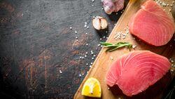 Thunfischsteak hat eine helle bis dunkelrote Farbe