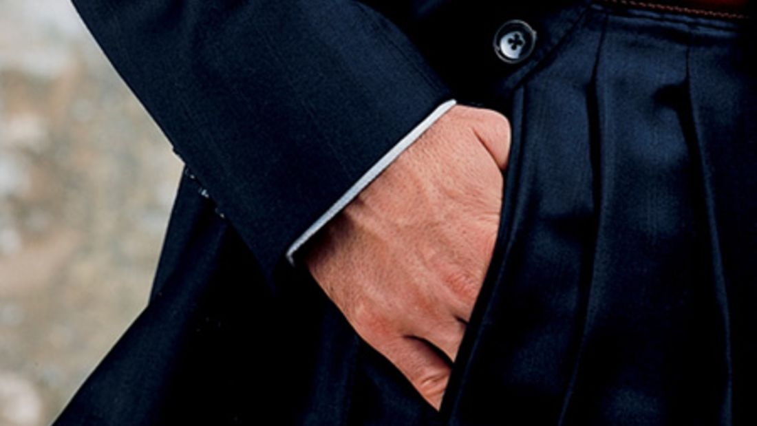 Tragen Sie den Anzug nie mit Ettikett am Ärmel