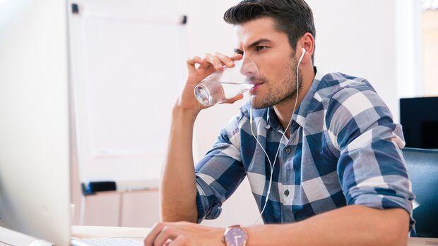Trinke zunächst ein Glas Wasser, wenn du dich hungrig fühlst