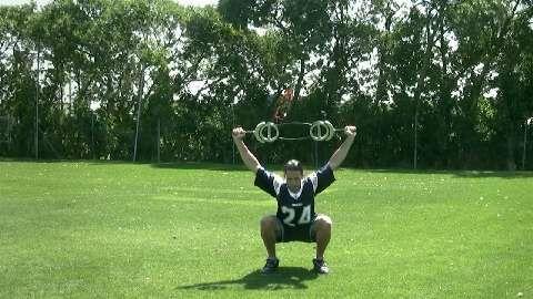 Überkopf-Kniebeugen trainieren Beweglichkeit, Kraft und Ausdauer.