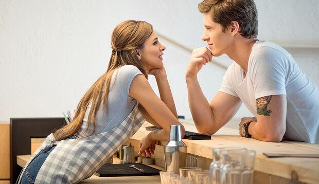 Um die Flirtbereitschaft eines Menschen zu erkennen, ist Körpersprache entscheidend