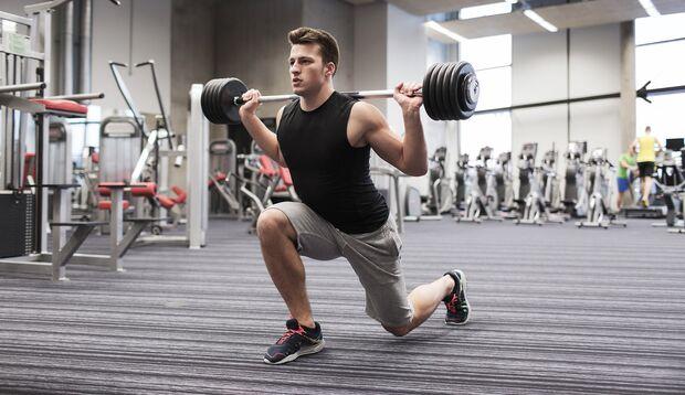 Um die Oberschenkel richtig zu fordern, baust du am besten Knieübungen in dein Workout ein