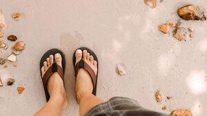 Um sich vor Nagelpilz zu schützen, sollte man in öffentlichen Räumen Schuhe tragen