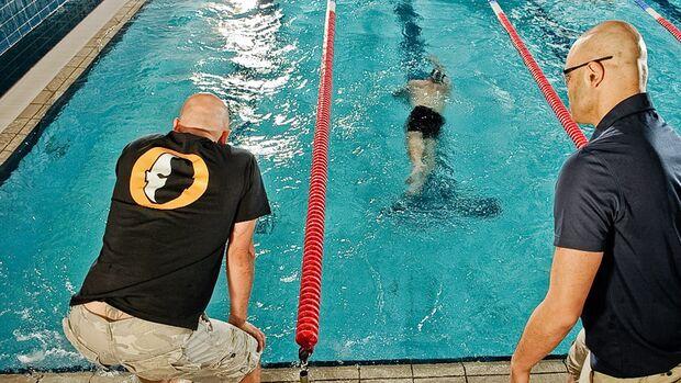 Unser Experte erklärt in der dritten Folge unserer Schwimmschule, wie Sie beim Kraulschwimmen den Wasserwiderstand minimieren und richtig im Wasser liegen