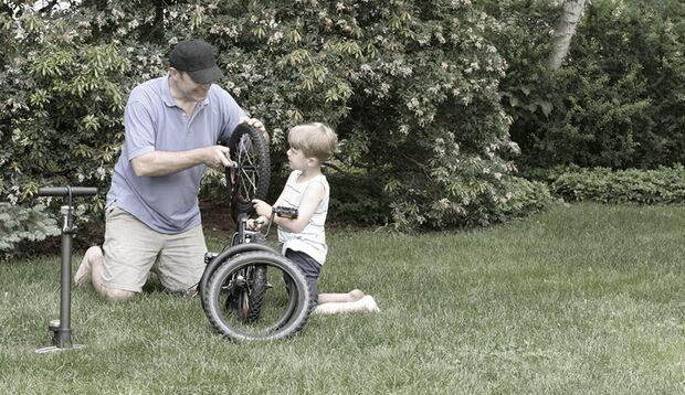 Väterliche Kernkompetenz: am Fahrrad zu schrauben