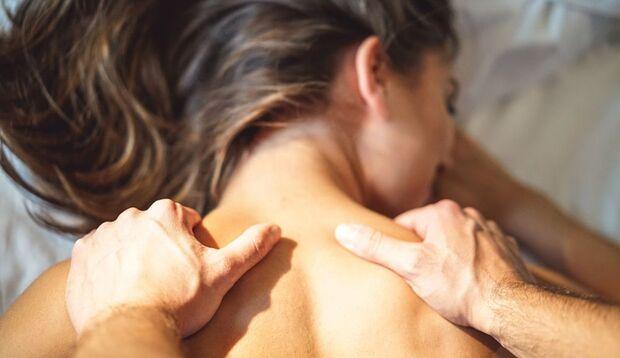 Verwöhnen Sie Ihre Partnerin mit einer Massage