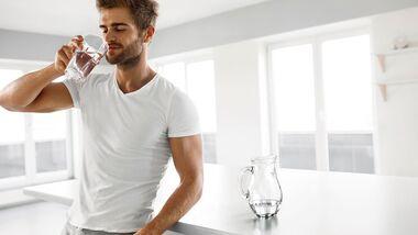 Viel Wasser trinken hilft, während des Fastens den Kreislauf zu stabilisieren