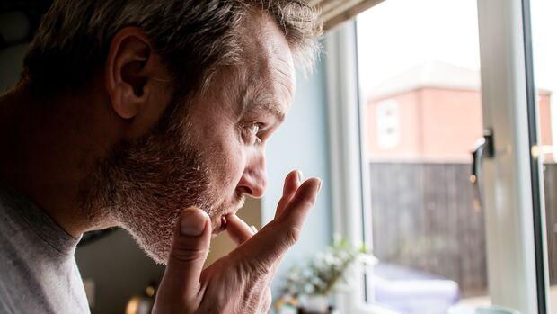 Viele Menschen tun es: den Finger anlecken